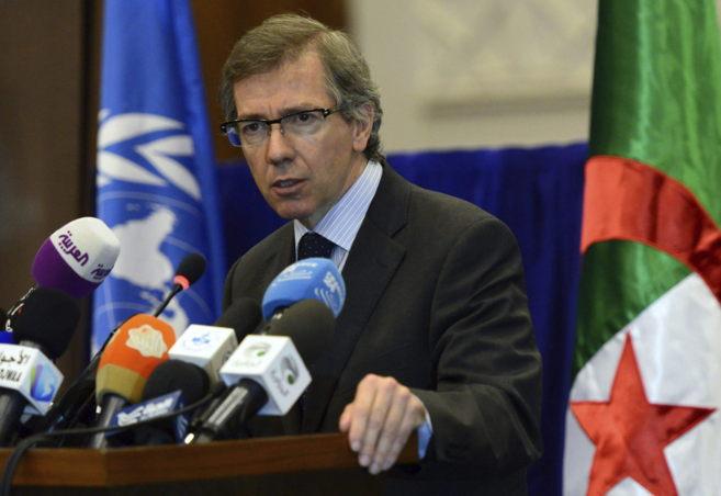 El enviado de la ONU para Libia, Bernardino León, durante una rueda...