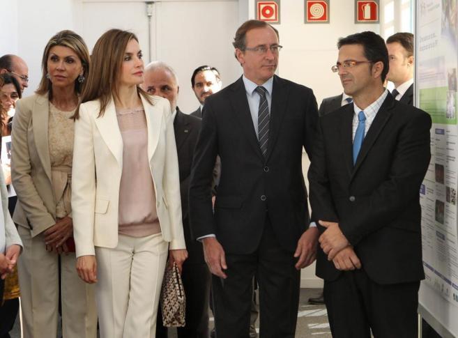 La Reina, acompañada del ministro de Sanidad y la Delegada del...