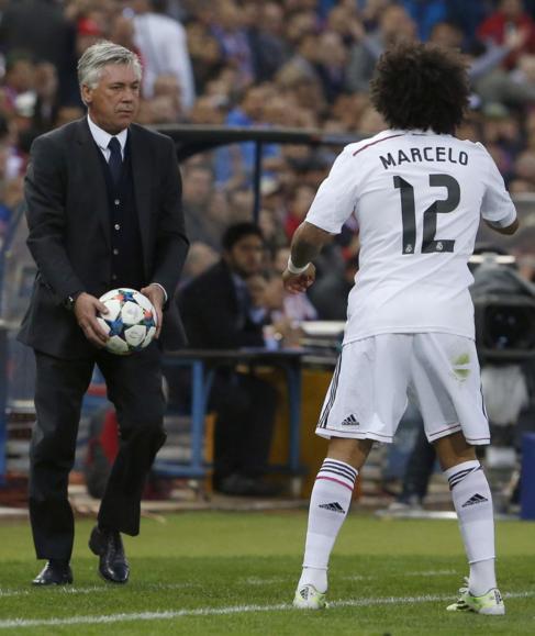Ancelotti devuelve rápido un balón a Marcelo.