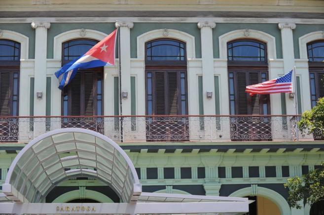 La bandera de Cuba ondea junto a la americana en un hotel de La...