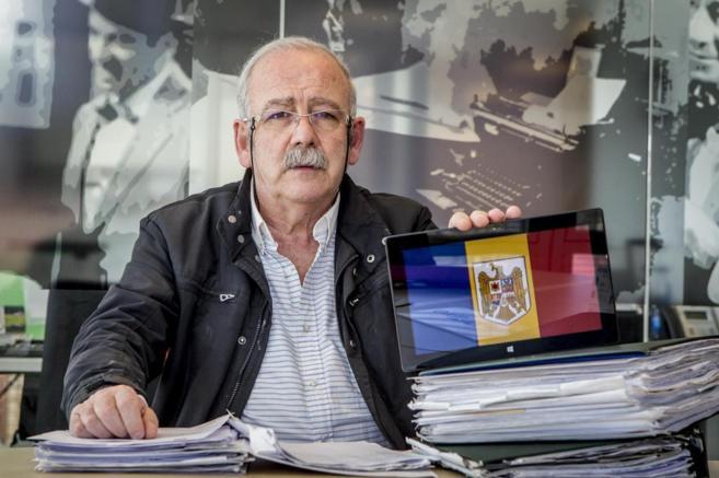 El empresario Ernesto Sojo posa con la bandera de Rumania.