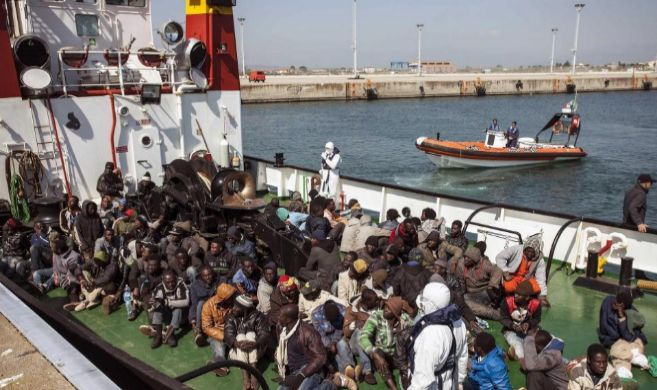 Un grupo de inmigrantes rescatados llega al puerto de Corigliano...