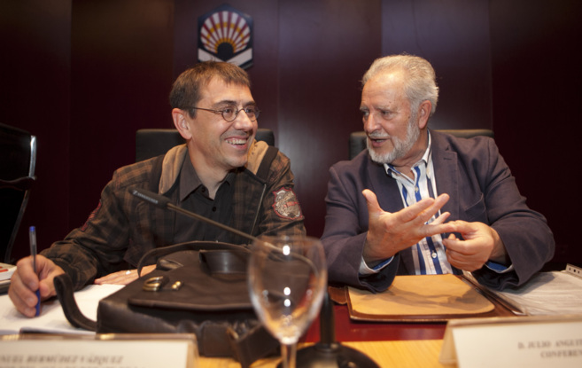 Juan Carlos Monedero y Julio Anguita, durante el debate celebrado en...