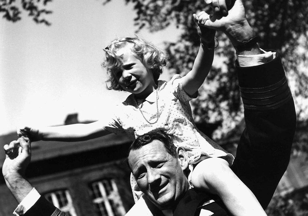 La reina Margarita se divierte con su padre, el príncipe Federico.