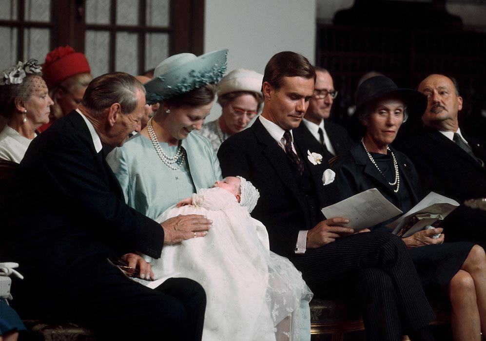 Fue bautizado poco después en la misma iglesia en la que Margarita y...