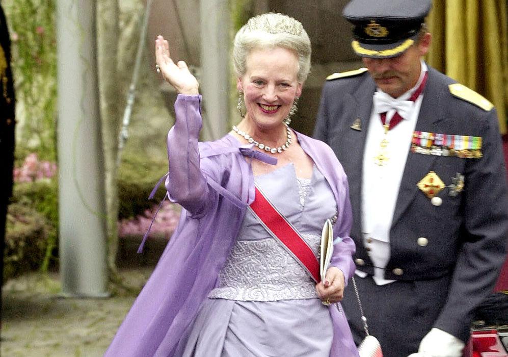 El 25 de agosto de 2001, acudió a la boda de Haakon de Noruega y...