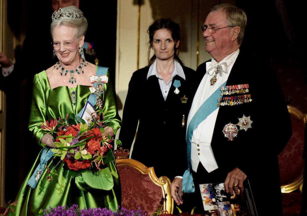 Fiel a sus estilismos llamativos, la reina Margarita realizó una...