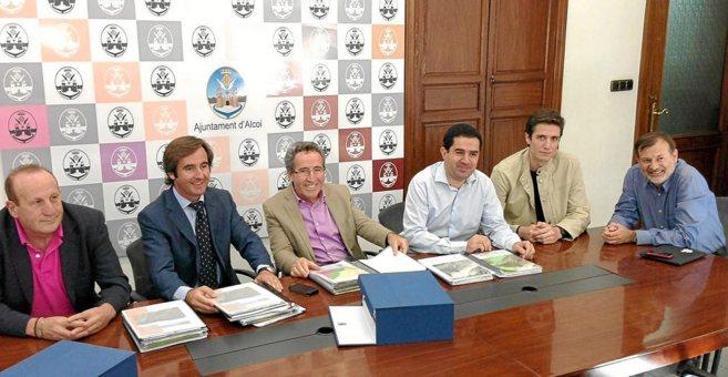 Los representantes de la empresa, junto al alcalde, Tonio Francés.