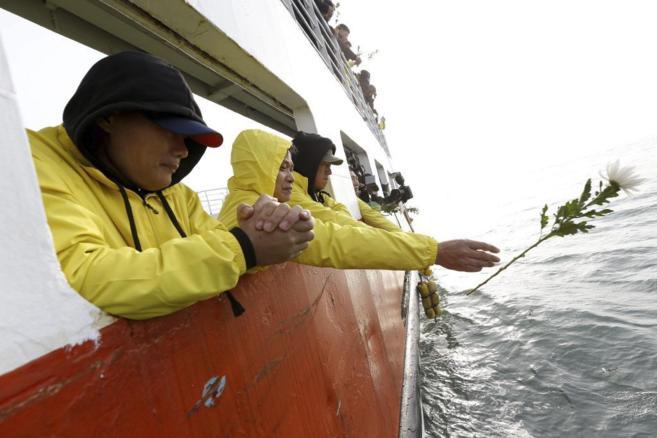 Familiares de las víctimas del naufragio de Sewol arrojan flores al...