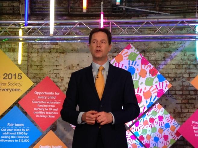 Nick Clegg, durante la presentación del manifiesto liberal-demócrata...