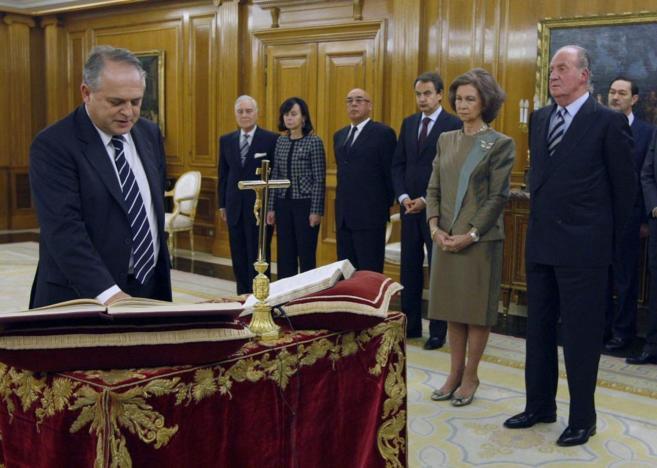 Luis Ortega promete su cargo ante los Reyes en enero de 2011.