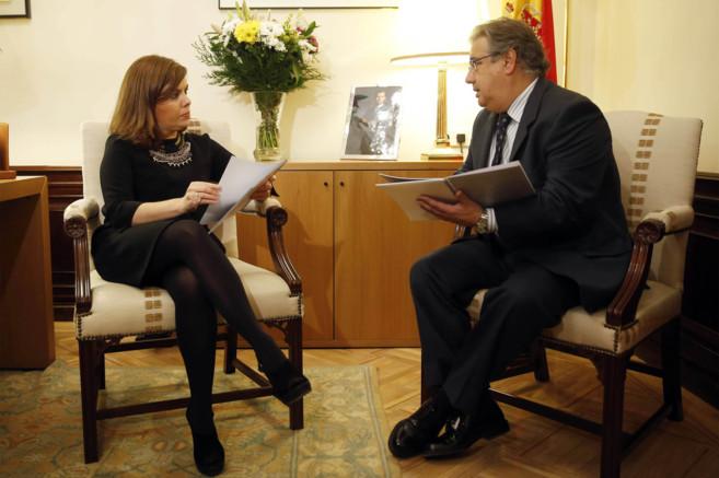 La vicepresidenta del Gobierno, Soraya Sáenz de Santamaría, atiende...