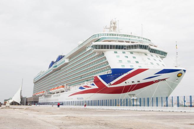 El buque Britannia, atracado en el Puerto de Alicante, este...