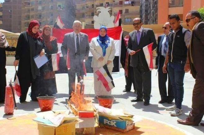 Funcionarios del Ministerio de Educación egipcio queman unos libros...