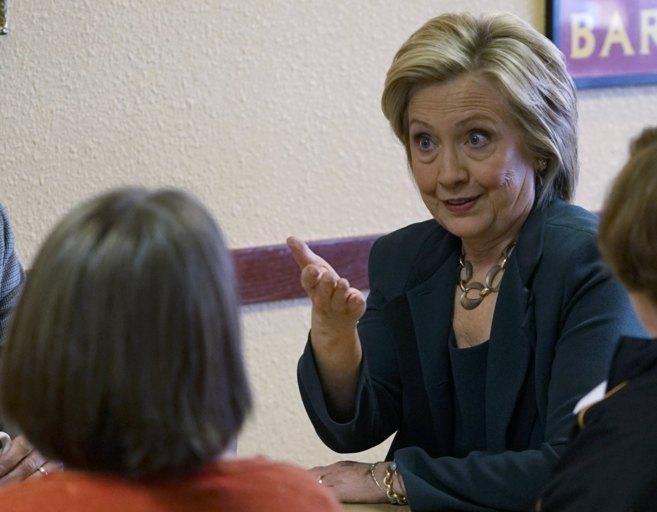 Hillary Clinton habla con vecinos de Marshalltown (Iowa) en el marco...