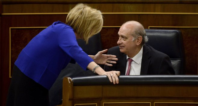 El ministro del Interior, Jorge Fernández Día, conversa desde su...