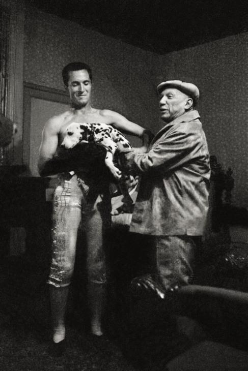 Luis Miguel Dominguín y Pablo Picasso, en 1958.