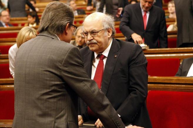 Mas conversa con Mas-Colell en el Parlament.