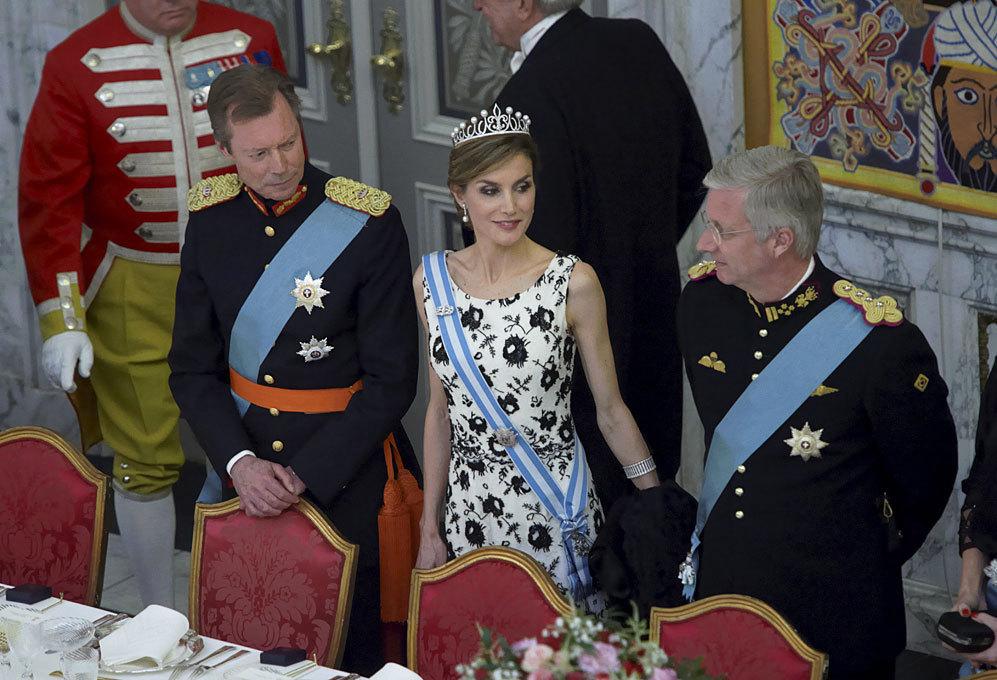 Doña Letizia, flanqueada por el Gran Duque Enrique de Luxemburgo y...