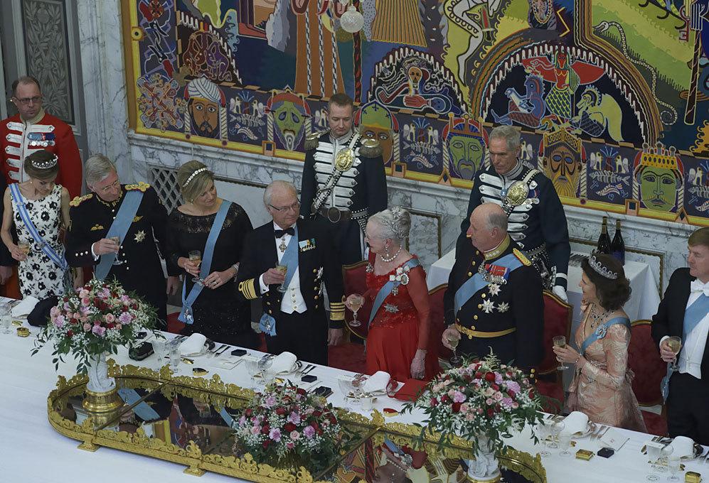 Brindis en honor a Margarita de Dinamarca. De izda a dcha, la Reina...