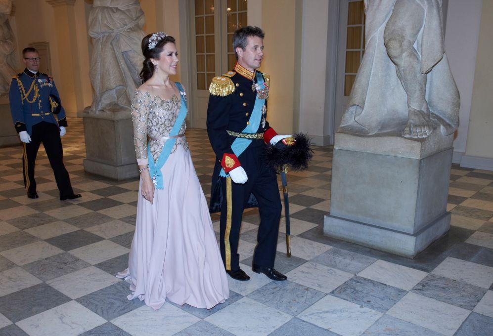 El heredero danés, el príncipe Federico, con su esposa, la princesa...