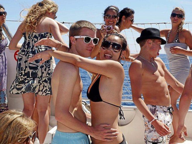 Jóvenes turistas británicos a bordo de una 'party boat' en...