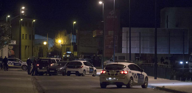 Dispositivo policial anoche en Ejea, en torno al hombre atrincherado...