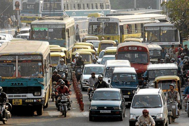 Caos de tráfico en una calle del centro del Nueva Delhi, India