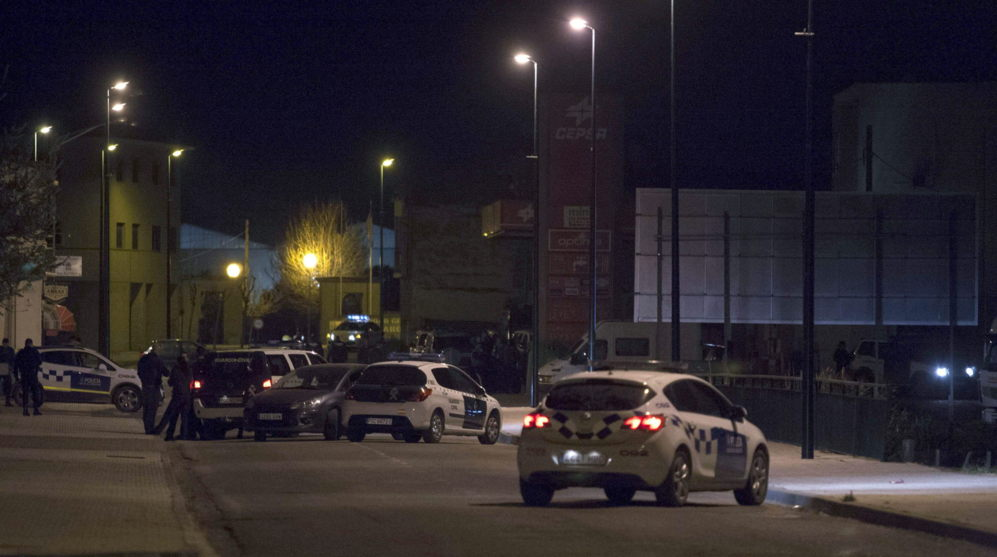 Miembros de la Policía Municipal y de la Guardia Civil rodean las...