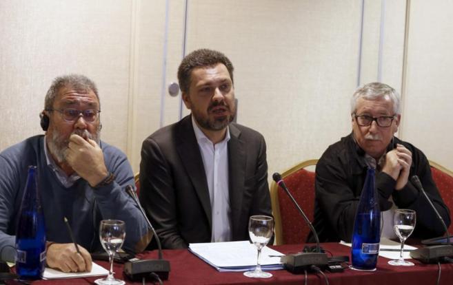 El secretario general de UGT, Cándido Méndez (izda.), y el de CCOO,...