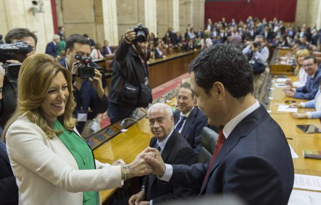 Susana Díaz y Juan Manuel Moreno charlan distendidamente antes de...