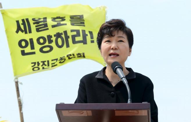 La presidenta Park Geun-hye durante uno de los actos conmemorativos,...