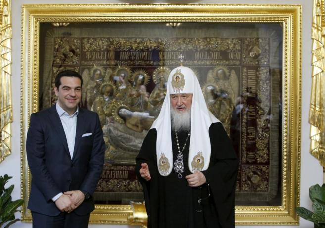 El primer ministro griego, Alexis Tsipras, con el patriarca de la...