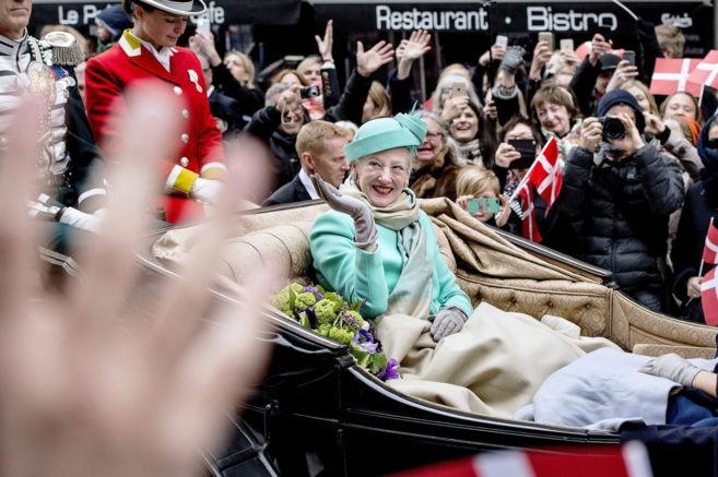 La reina Margarita de Dinamarca, por las calles de Copenhague.