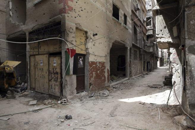 Calle desierta del campo de refugiados palestinos de Yarmuk, en el sur...