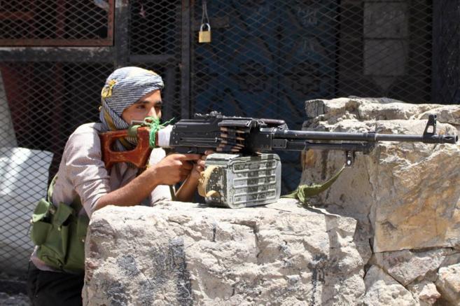 Un combatiente leal al presidente durante los enfrentamientos con los...