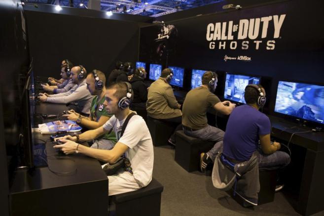 Varios jóvenes juegan en una convención de videojuegos.