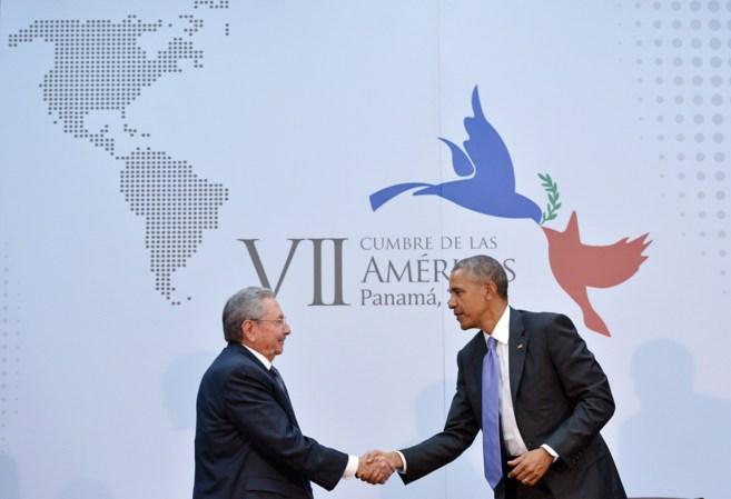 El líder cubano Raúl Castro saluda a Barack Obama en la Cumbre de...