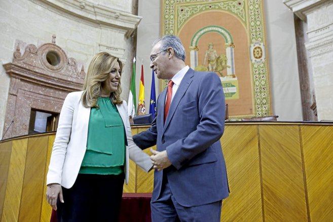 La socialista Susana Díaz, con el nuevo presidente del Parlamento...