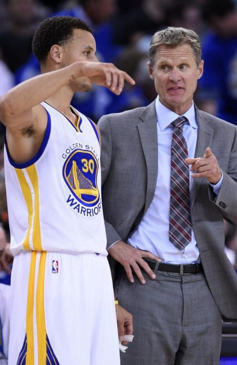 Stephen Curry y Kerr, durante un partido de los Warriors.