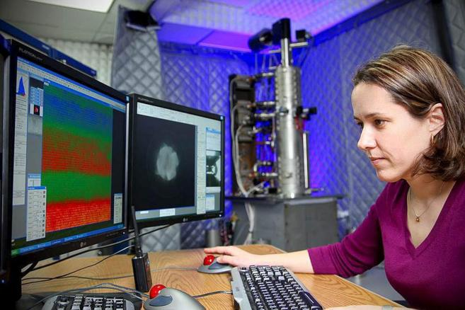 La profesora María Varela trabajando en un laboratorio de EEUU.