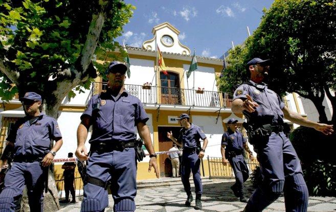 Agentes de la Policía Nacional en 2008 rodeando el Ayuntamiento de...