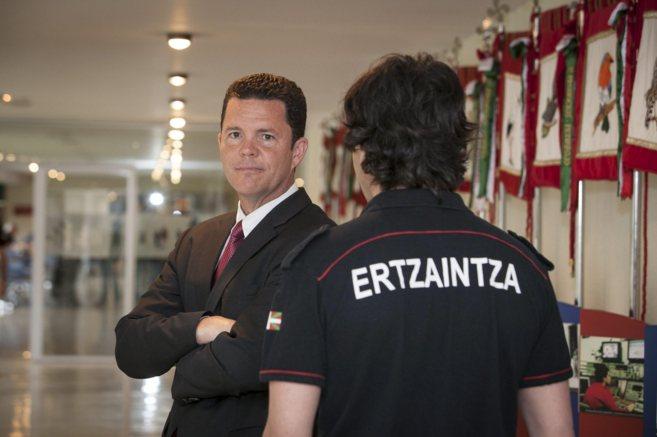 Matt Collier, con traje y corbata, en los pasillos de la academia de...