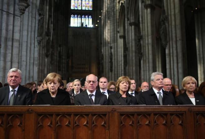 La canciller Merkel (segunda por la izda.) y el presidente Gauck...