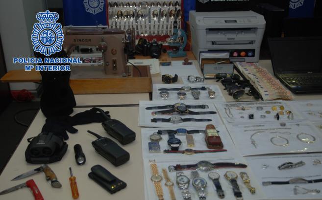 Armas y material incautado durante los registros policiales.