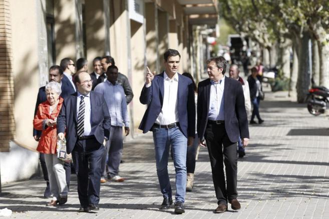 El primer secretario del PSOE con Miquel Iceta y el ex alcalde de...
