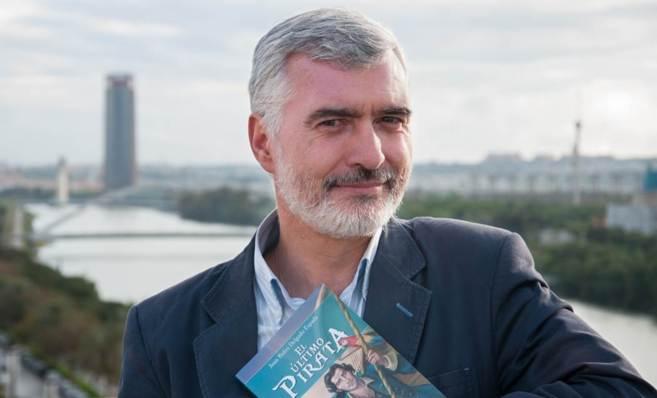 Juan Pedro Delgado posa con su última novela.
