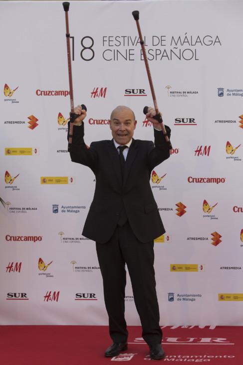Antonio Resines, en muletas. FOTOS: CARLOS DÍAZ