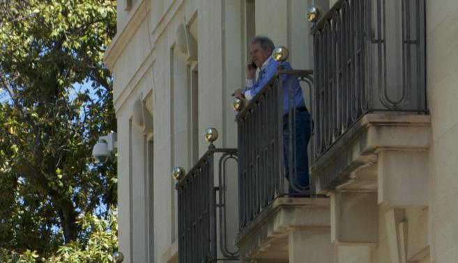 Rus conversa por teléfono en uno de los balcones del Ayuntamiento de...