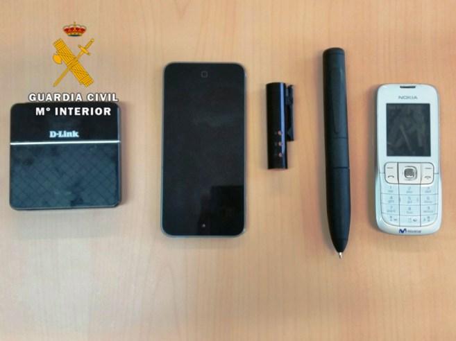 Los dipositivos electrónicos intervenidos por la Guardia Civil.